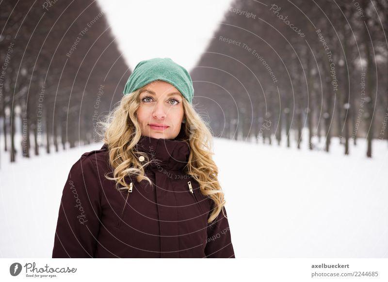 Herrenhäuser Allee in Hannover im Winter Lifestyle Freizeit & Hobby Schnee Winterurlaub Mensch feminin Junge Frau Jugendliche Erwachsene 1 30-45 Jahre Natur