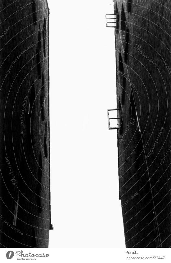 zum Hinterhof Himmel Stadt Haus dunkel Fenster Architektur springen offen Wohnung Arme Häusliches Leben nah Backstein tief Stadtteil Schlucht