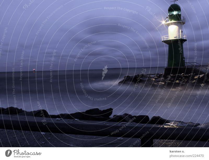 Lichtsignale Wasser blau Winter kalt dunkel Küste Wetter nass leuchten Leuchtturm mystisch Signal Verkehrszeichen Umwelt Wolkendecke