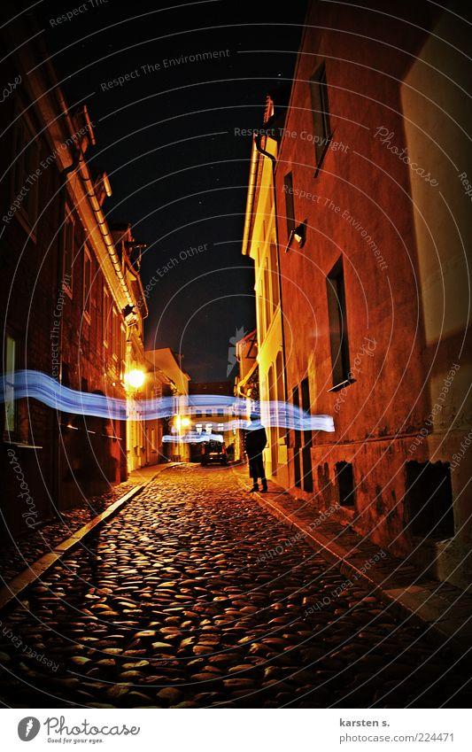 Gasse bei Nacht Mensch Stadt Erwachsene Architektur Wege & Pfade Zeit gehen Fassade außergewöhnlich 18-30 Jahre Gelassenheit Kopfsteinpflaster Straßenbeleuchtung Idee Junge Frau
