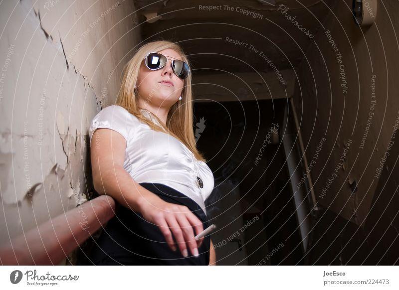 #224473 Lifestyle schön Nachtleben ausgehen Junge Frau Jugendliche Erwachsene Leben Sonnenbrille blond langhaarig beobachten Erholung Rauchen warten Coolness