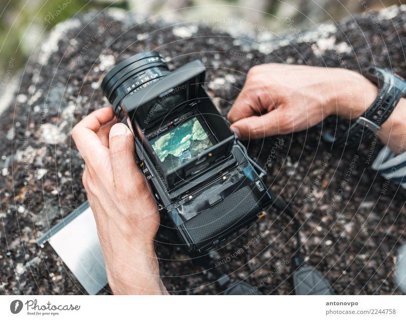 Ansicht von Ergaki im Kamerasucher Bildschirm Fotokamera Uhr Hand Finger Landschaft Himmel Felsen Berge u. Gebirge Metall Stahl Bewegung entdecken gehen
