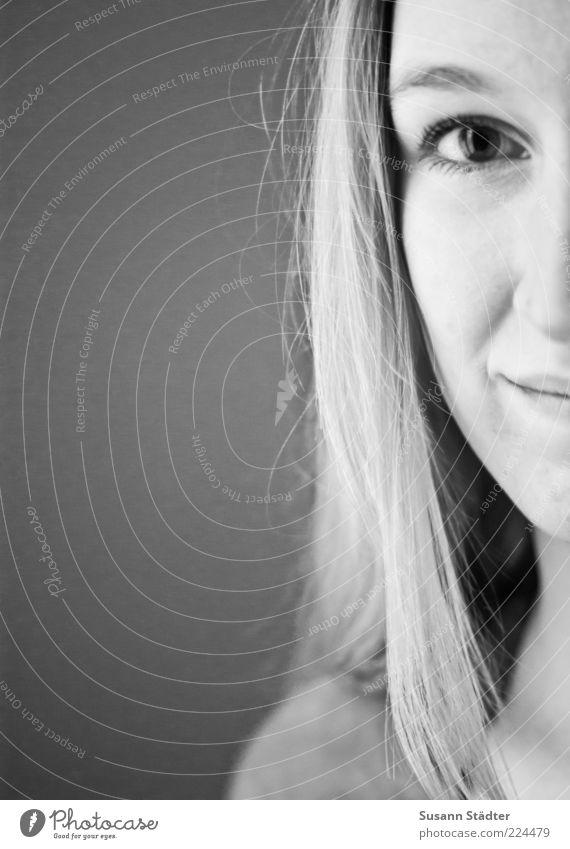 fühlen. feminin Haare & Frisuren Gesicht 18-30 Jahre Jugendliche Erwachsene blond langhaarig Lächeln ästhetisch schön Freude Kraft Willensstärke vernünftig