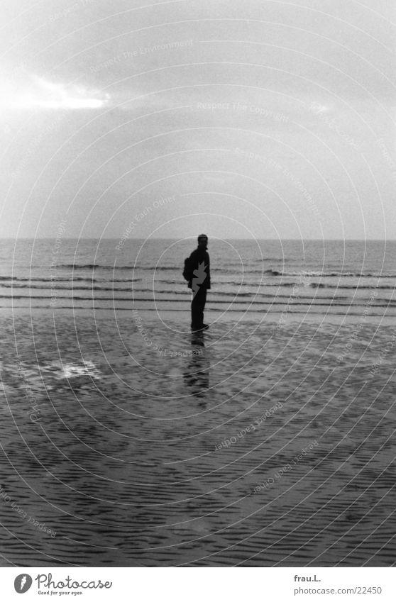 grau in grau Mensch Mann Wasser Meer Winter Strand Einsamkeit dunkel kalt Sand Wellen Küste nass Nordsee Ebbe Jahreszeiten