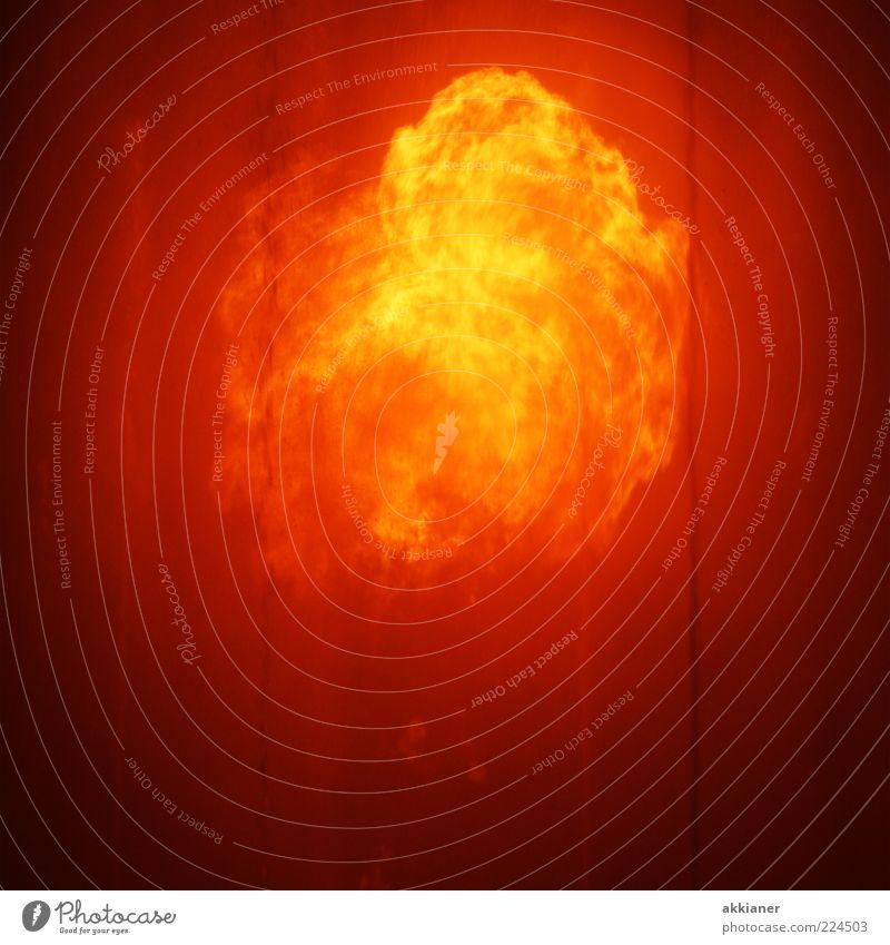 Feuer!!! Urelemente bedrohlich heiß hell Wärme wild gelb gold orange Feuerseule Feuerball Farbfoto mehrfarbig Außenaufnahme Textfreiraum unten Abend Nacht Licht