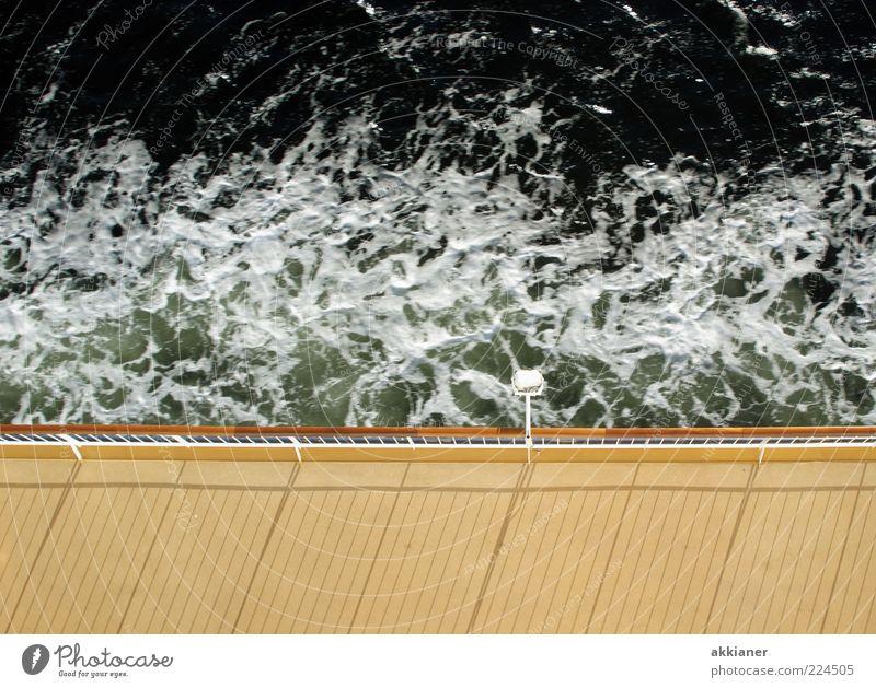 Überfahrt Urelemente Wasser Wellen Nordsee Ostsee Meer hell nass natürlich Schiffsdeck Schiffsplanken Reling Lampe Laterne Gischt Wasseroberfläche schäumen