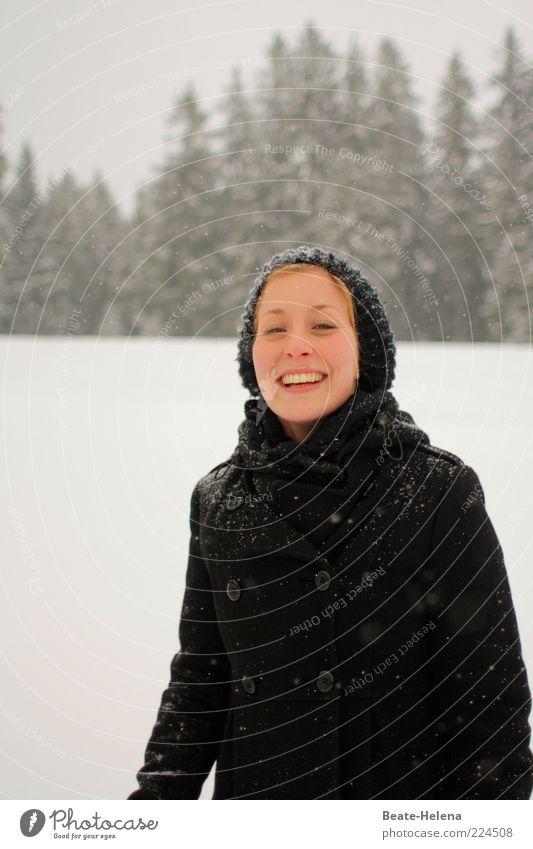 Warm ums Herz - auch mitten im Winter feminin Junge Frau Jugendliche 1 Mensch 18-30 Jahre Erwachsene Mantel Mütze genießen lachen leuchten Fröhlichkeit Glück