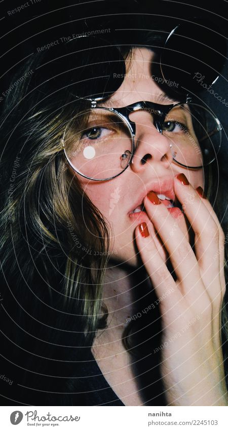 Junge Frau, die Retro- Gläser trägt Mensch Jugendliche schön Erotik dunkel 18-30 Jahre Gesicht Erwachsene Leben feminin Stil Stimmung hell retro elegant