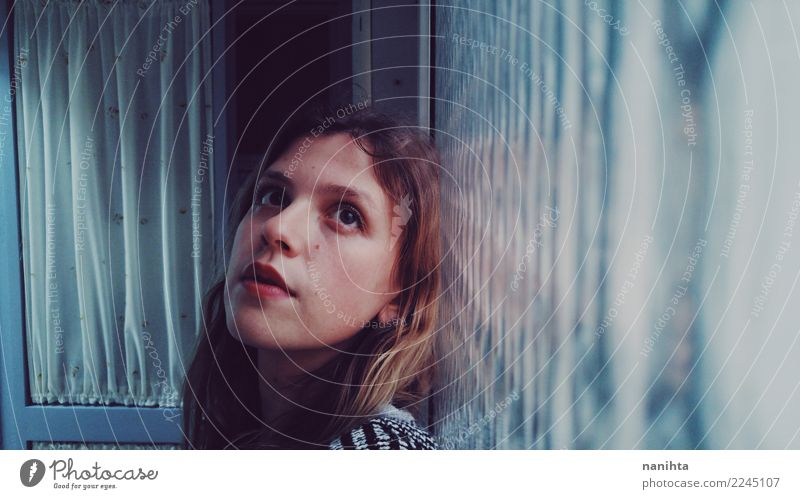 Junge und träumerische Frau, die an einem Fenster sich lehnt Mensch Jugendliche Junge Frau blau schön rot Einsamkeit ruhig 18-30 Jahre Erwachsene Leben feminin