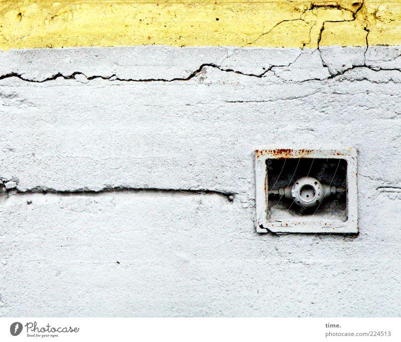 HH10.2 | Eye Of The Underground alt gelb Wand grau Mauer Beton Fassade Energie Elektrizität Sicherheit kaputt Kabel Wandel & Veränderung Schutz Verfall Riss
