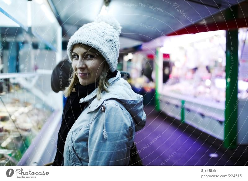 Buying cheese Frau Mensch Jugendliche blau kalt feminin Erwachsene kaufen violett Mütze 18-30 Jahre Junge Frau Marktplatz Porträt Perspektive Wollmütze