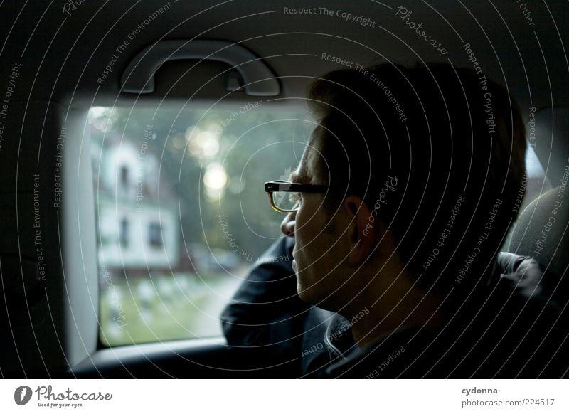 Melancholie Mensch Jugendliche ruhig Leben Erholung Gefühle Umwelt Erwachsene Lifestyle Brille Autofenster beobachten nachdenklich Autofahren Wohlgefühl Gedanke