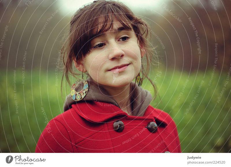 Ich seh' dein Herz schön Mensch feminin Junge Frau Jugendliche Herbst Mantel Schmuck Ohrringe Denken Glück grün rot Gefühle Zufriedenheit ruhig träumen Farbfoto