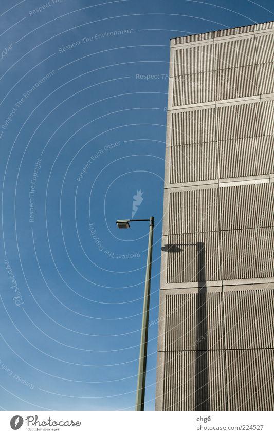 Verfolgung Haus Sommer Menschenleer Hochhaus Gebäude Mauer Wand Fassade Beton Stahl hässlich blau grau Straßenbeleuchtung Lampe Schlagschatten Farbfoto