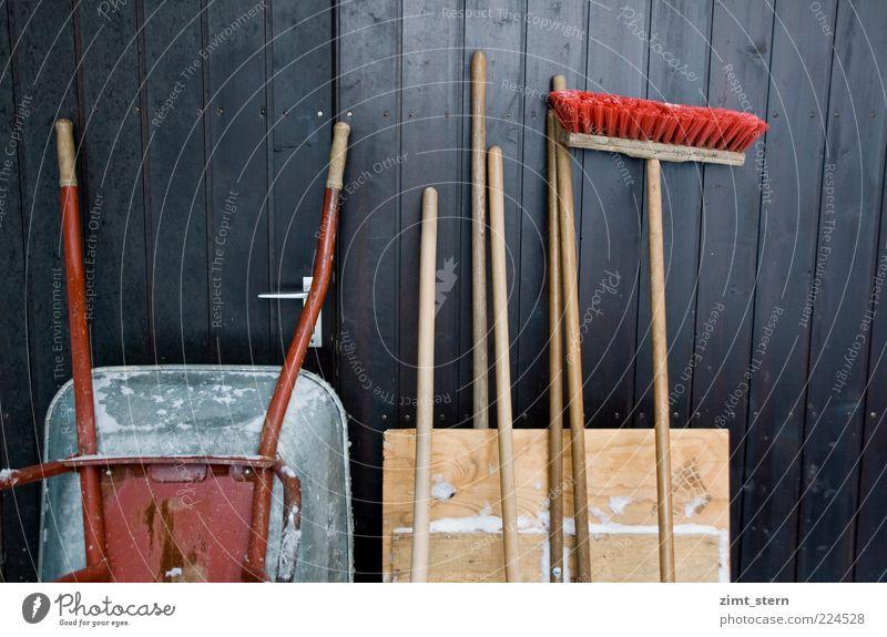 Kehrseite des Winters rot Arbeit & Erwerbstätigkeit Holz braun Baustelle Tor Werkzeug Ordnung Gartenarbeit fleißig Besen Besenstiel Detailaufnahme Ordnungsliebe