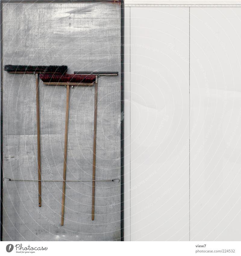Ordnung von Werkzeug Besen Bürste Metall Linie Streifen alt authentisch einfach rein aufgehängt arrangiert Farbfoto Außenaufnahme Nahaufnahme Detailaufnahme