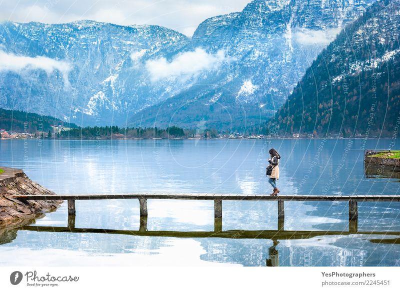 Mädchen, das auf eine Plattform über einem alpinen See geht Frau Mensch Natur Ferien & Urlaub & Reisen Jugendliche Junge Frau Einsamkeit Berge u. Gebirge