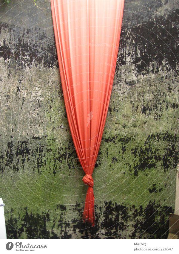 Gardine :) Kunst Umwelt außergewöhnlich Farbfoto Außenaufnahme Vorhang rot Stoff Knoten Kunstwerk Tag
