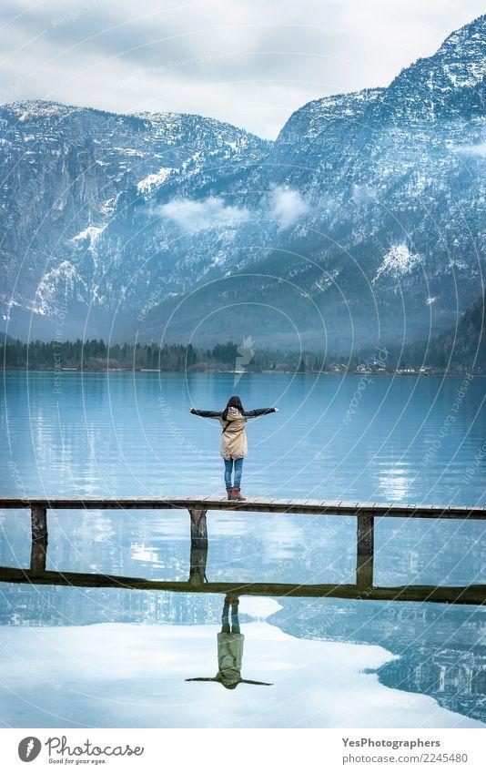 Frau auf einer Brücke die Aussicht genießend Mensch Natur Ferien & Urlaub & Reisen Jugendliche Junge Frau Einsamkeit ruhig Freude Berge u. Gebirge Erwachsene