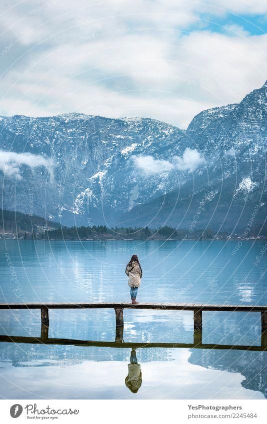 Frau auf Brücke in der alpinen Landschaft Mensch Natur Ferien & Urlaub & Reisen Jugendliche Junge Frau Einsamkeit Berge u. Gebirge Erwachsene Tourismus Freiheit