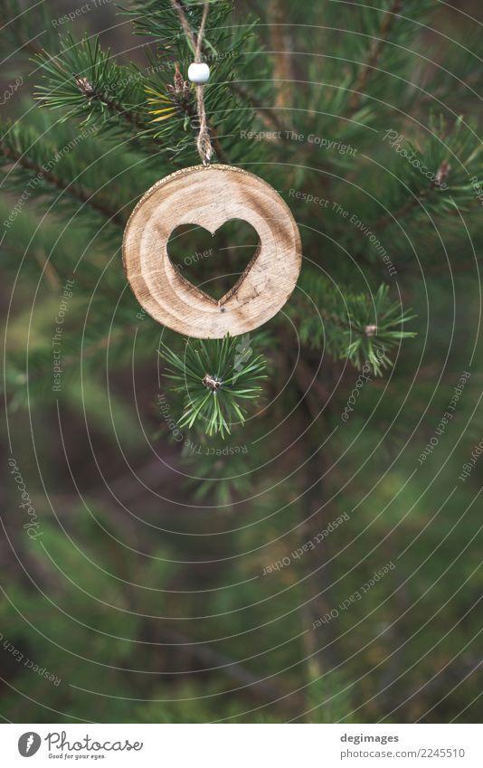 Hölzerne Herzform auf Tanne Dekoration & Verzierung Weihnachten & Advent Natur Baum Wald Holz alt Liebe natürlich braun grün weiß Hintergrund Rinde Konsistenz