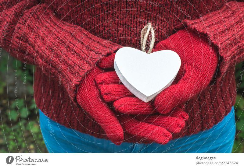 Hände in Handschuhe und weißes Herz schön Winter Valentinstag Frau Erwachsene Natur Liebe rot Romantik Valentinsgruß Symbole & Metaphern Fäustlinge Feiertag
