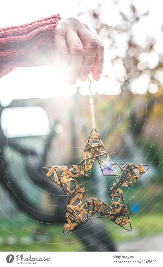 Weihnachtsstern in Händen Sonne Winter Dekoration & Verzierung Feste & Feiern Weihnachten & Advent Kind Handwerk Frau Erwachsene Ornament neu weiß Stern Halt