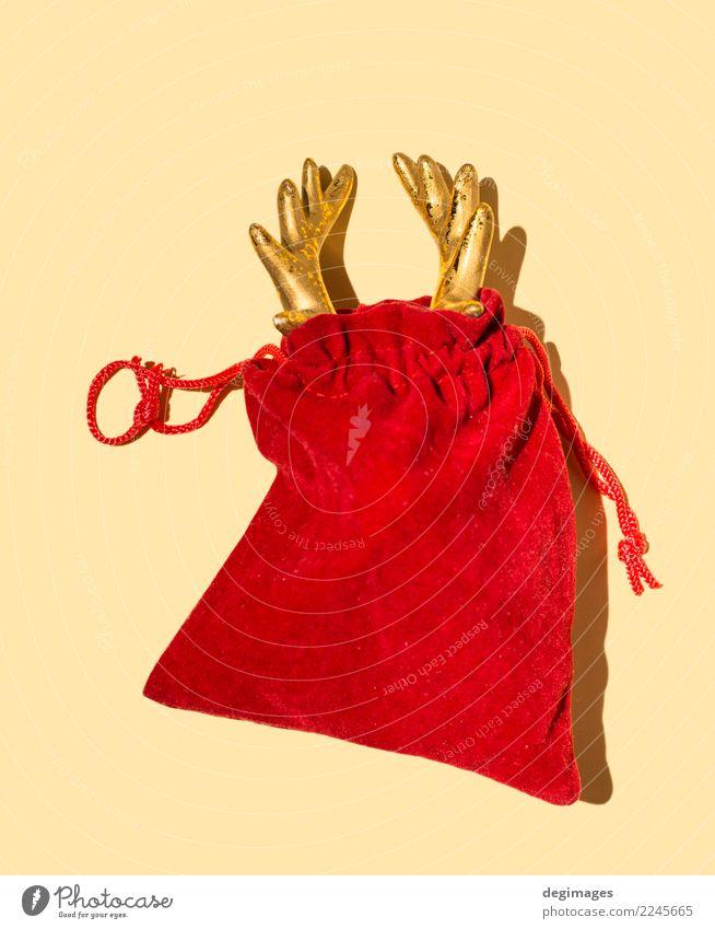 Hirschhorn in der roten Sankt Tasche Design Winter Dekoration & Verzierung Feste & Feiern Weihnachten & Advent Hand Tier Hirsche Claus Weihnachtsmann Rentier