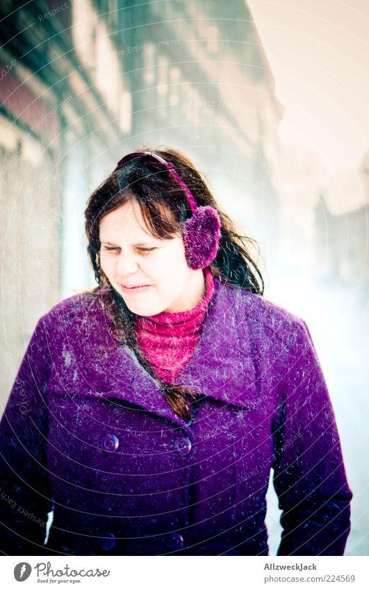 Lila gegen den Schnee Mensch Jugendliche Winter Farbe kalt feminin Schneefall Erwachsene violett brünett Mantel langhaarig schlechtes Wetter 18-30 Jahre Junge Frau Schneeflocke