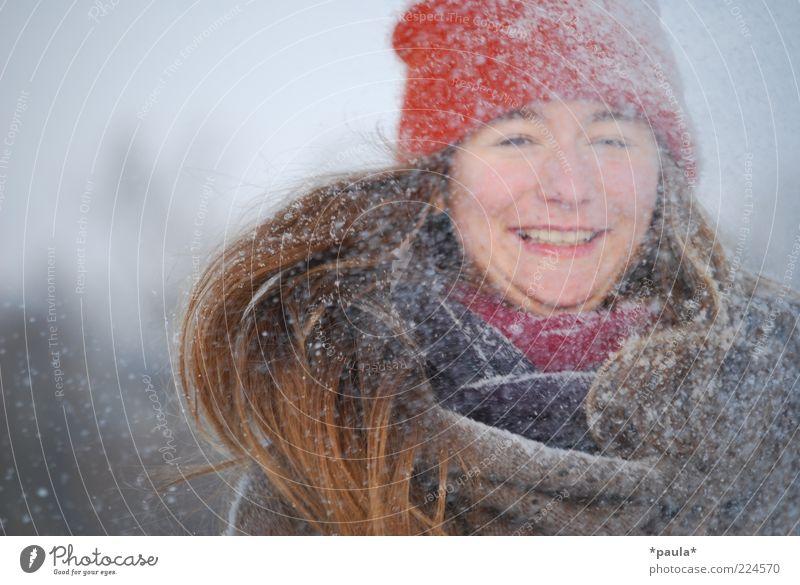 Schneeee! feminin Jugendliche Kopf Haare & Frisuren Gesicht 1 Mensch Winter Schneefall Schal Mütze brünett langhaarig Bewegung genießen lachen leuchten toben