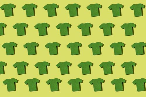Grünes T-Shirt wiederholtes Muster Farbe grün weiß Stil Mode Bekleidung Stoff Sammlung Hemd Material Anhäufung Stapel Wiederholung Konsistenz Miniatur