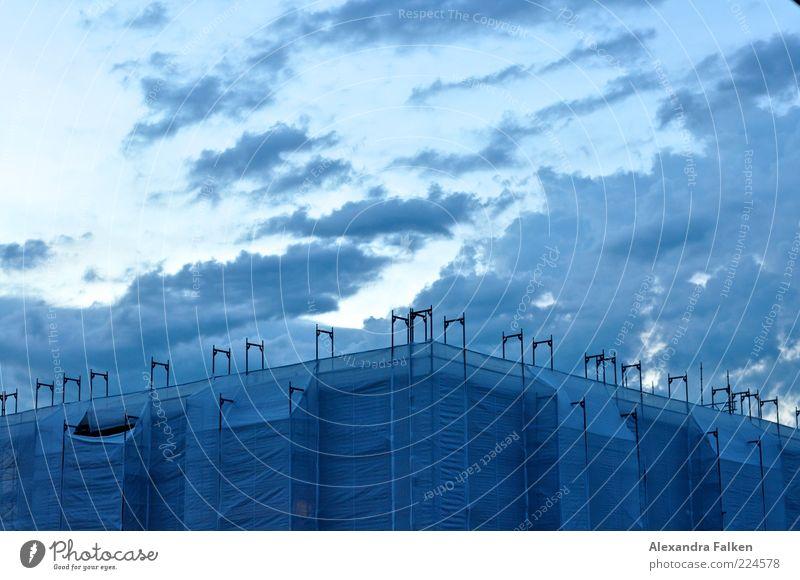 Blue Hour Haus Hochhaus Plattenbau Baustelle Bauplane Gerüst Mauer Wand Fassade Dach dunkel blau Sanieren Abdeckung Himmel Wolken Entwicklung Fortschritt