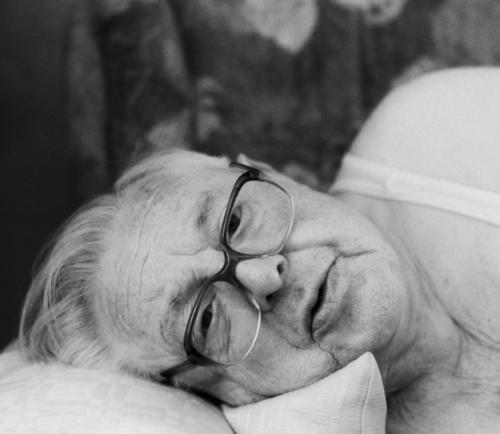 Mittagsschlaf - aufgewacht aufwachen Mann Senior Brille Sofa schlafen Kissen Großvater Unterhemd Porträt ausgeruht 80 mittagschlaf Erholung Gesicht Kopfkissen