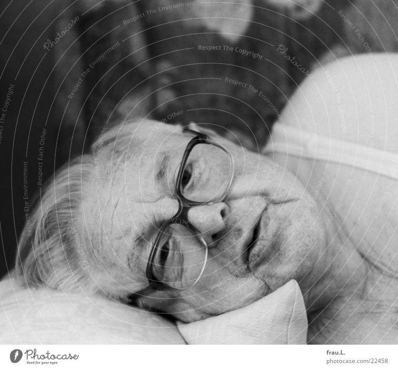 Mittagsschlaf - aufgewacht Mann Gesicht Senior Erholung schlafen Brille Sofa Großvater Kissen aufwachen Unterhemd Kopfkissen