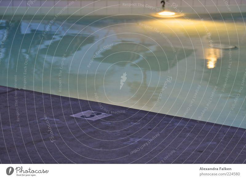 Beim Pool. ruhig Erholung Stil Freizeit & Hobby elegant 3 Ziffern & Zahlen Wellness Schwimmbad Zeichen Wasseroberfläche Liegestuhl Bildausschnitt Anschnitt