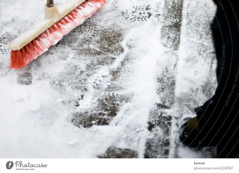 Bereit zum Böller-Wegkehren Winter schlechtes Wetter Eis Frost Schnee Wege & Pfade Asphalt Bürgersteig Schuhe Stiefel Besen rot weiß Kehren kalt Fußspur