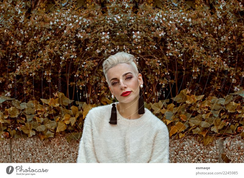 Mode Portrait Frau Mensch Natur Jugendliche Junge Frau schön Einsamkeit Freude Lifestyle Senior feminin Design Zufriedenheit modern elegant gold