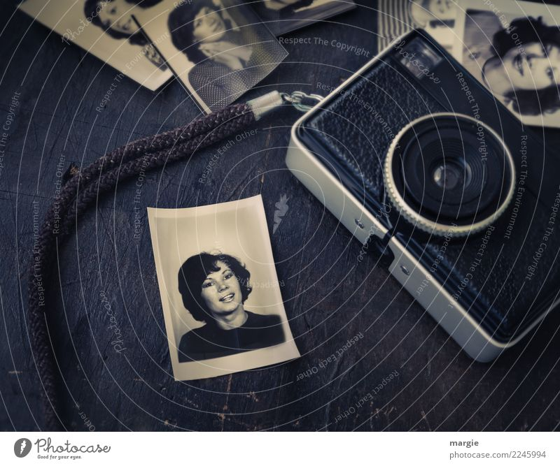 Freizeitspaß | Fotografieren Freizeit & Hobby feminin Junge Frau Jugendliche Erwachsene Gesicht 1 Mensch schwarzhaarig Locken alt weiß Reisepass Fototechnik