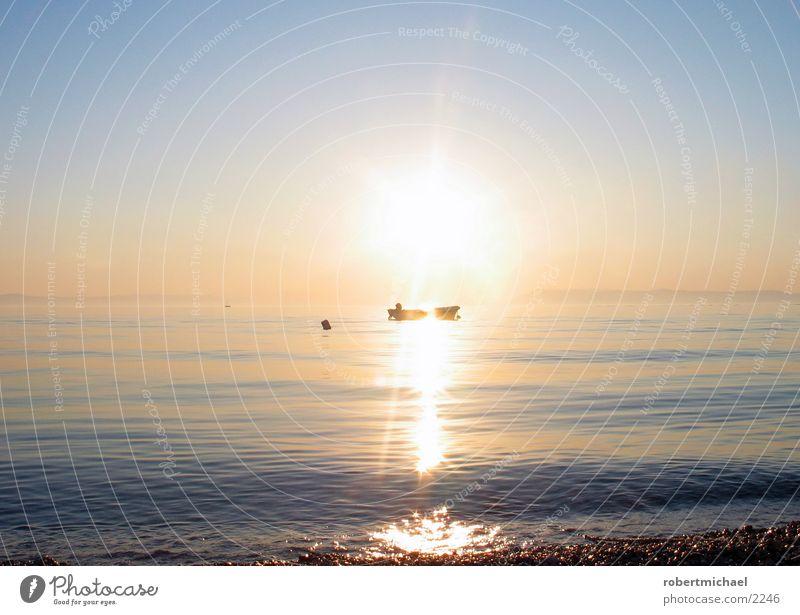 sonnenuntergang Mensch Himmel Wasser blau Sonne Ferien & Urlaub & Reisen Meer Sommer Strand Wolken Einsamkeit gelb Küste Stein träumen See