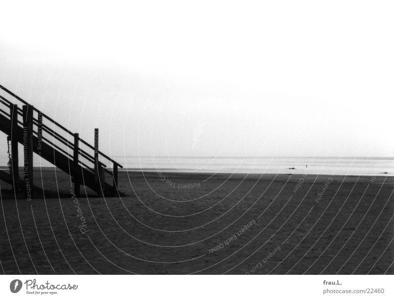 Treppe zum Meer St. Peter-Ording Winter Strand Einsamkeit Küste Ebbe dunkel Dinge Nordsee Sand Landschaft trist Wasser Flut Schwarzweißfoto