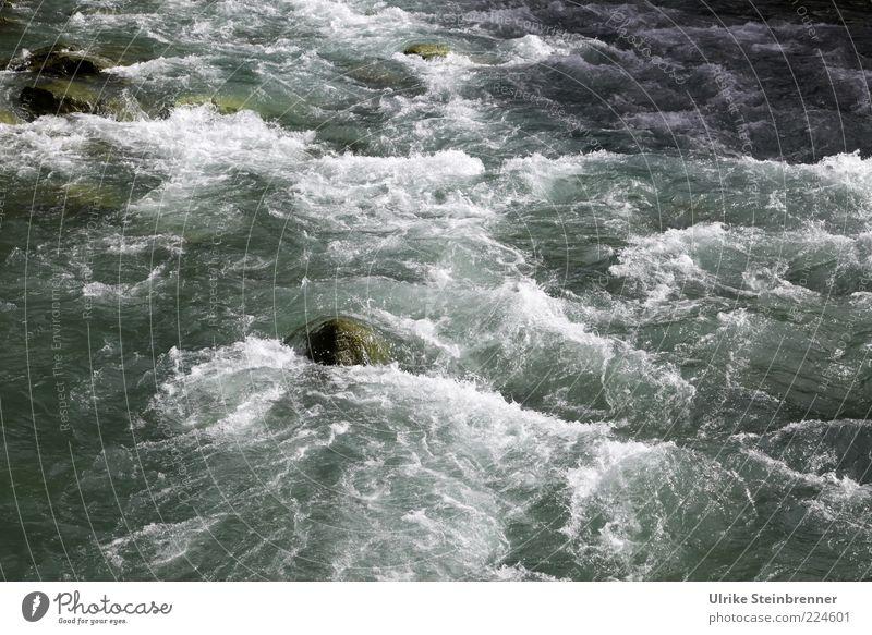 Bergbach II Wasser Felsen Bach glänzend nass natürlich wild Kraft Geplätscher strömen Gischt frisch Sauberkeit Naturgewalt Stein Flußbett Geschwindigkeit