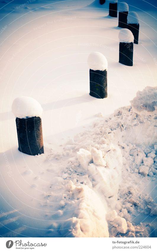 winterliche Poller-naise Natur weiß blau Winter kalt Schnee Landschaft Umwelt Wege & Pfade Wetter Frost Urelemente Reihe Schneelandschaft Wegweiser bedeckt