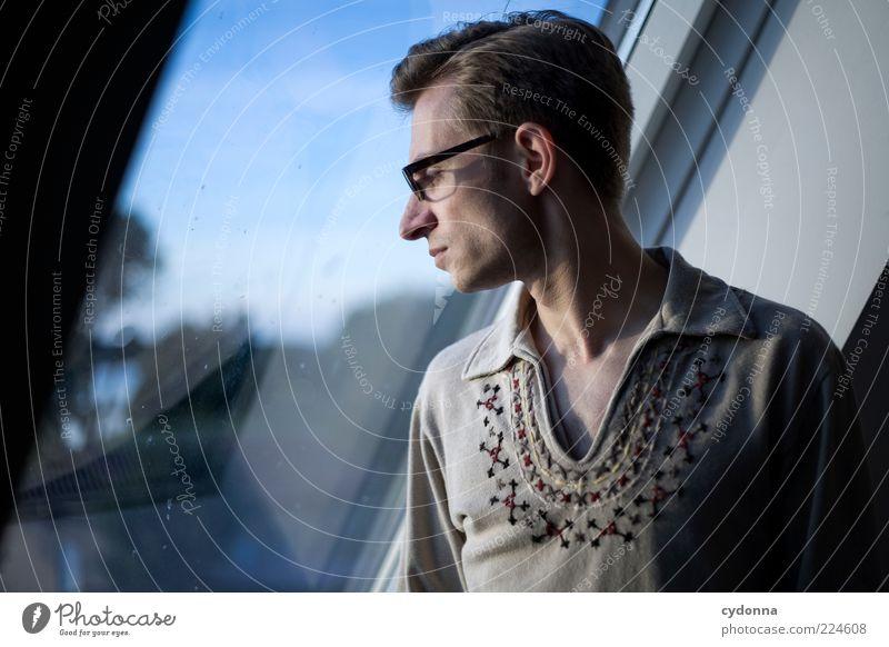Fensterblick elegant Stil Wohlgefühl Erholung ruhig Raum Mensch Junger Mann Jugendliche 18-30 Jahre Erwachsene Hemd Brille Einsamkeit Gefühle Leben träumen Zeit