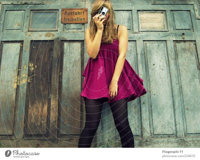 Mädchen macht Fotos I Stil Freude feminin Junge Frau Jugendliche 1 Mensch Kleid Strumpfhose Fröhlichkeit trendy lustig rosa Lebensfreude Fotografieren Tor