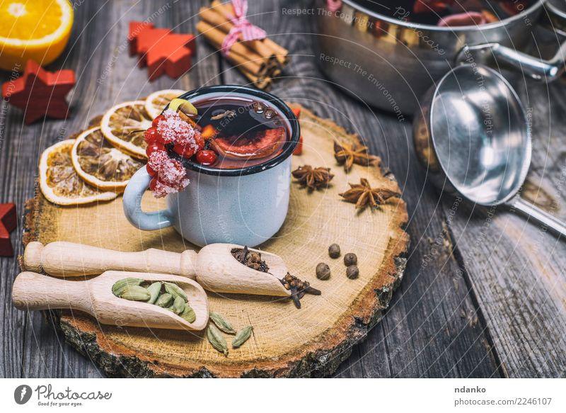 Glühwein in einem eisernen Becher Kräuter & Gewürze Getränk Alkohol Tasse Winter Tisch Feste & Feiern Weihnachten & Advent Holz heiß grau rot Tradition Anis