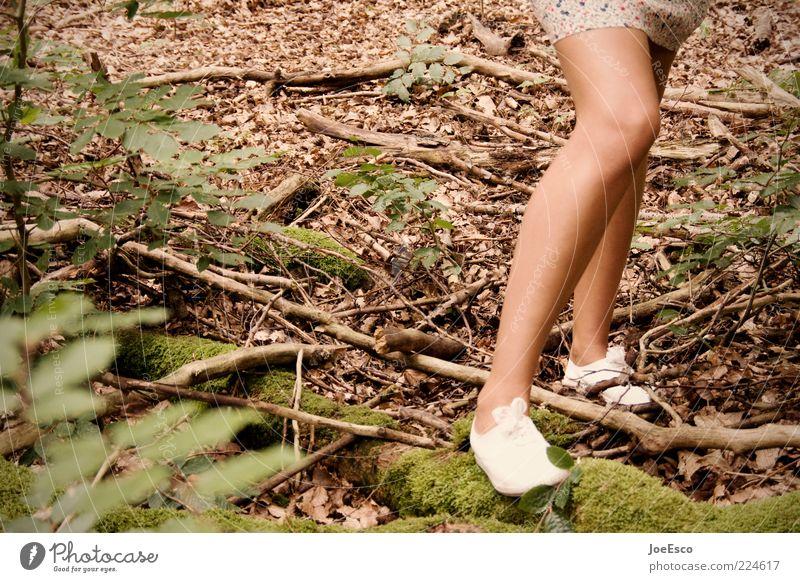 unscharfes bein. Stil Freizeit & Hobby Ausflug feminin Junge Frau Jugendliche Erwachsene Leben Beine 1 Mensch Natur Pflanze Sträucher Moos Wald Rock Schuhe