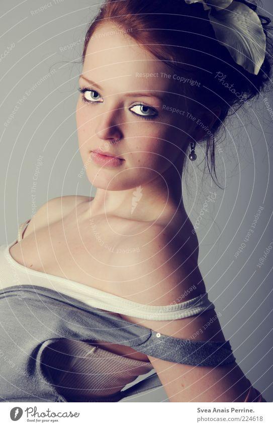 Hinter den Kulissen. Mensch Jugendliche schön feminin Kopf Haare & Frisuren Erwachsene Mode Beautyfotografie Lifestyle Model dünn Hemd direkt Porträt