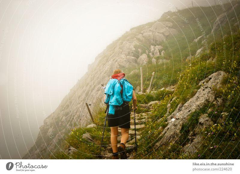 Auf dem Weg zu mir selbst Mensch Wolken ruhig Erholung Leben Berge u. Gebirge Freiheit Wege & Pfade Zufriedenheit gehen Felsen Nebel wandern Ausflug Abenteuer Hügel