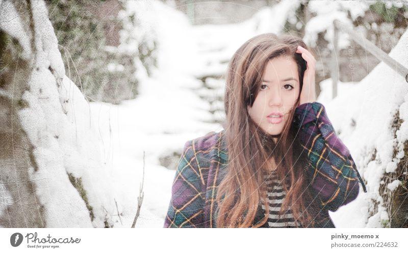 winterthoughts feminin Junge Frau Jugendliche Kopf 1 Mensch hell Sorge nachdenklich kalt Mantel Farbfoto Gedeckte Farben Außenaufnahme Blitzlichtaufnahme Winter