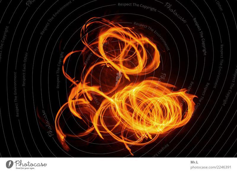 Dancing Circles Natur Feuer Aggression heiß hell Wärme gelb orange rot schwarz Abenteuer Bewegung Feuerkreise Kreise Farbfoto Außenaufnahme abstrakt Muster